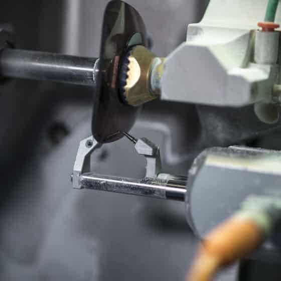 Ogni singola lente viene fresata utilizzando macchine di altissima precisione e controllata dai nostri tecnici